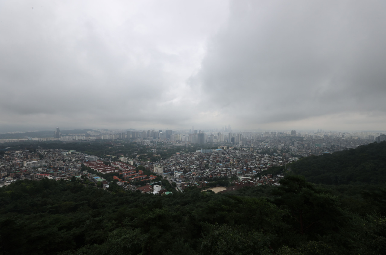 Rain clouds pass through the sky of Jung-gu, central Seoul, on Tuesday as the country undergoes the 49th day of this year`s monsoon season, tying the record for South Korea's longest rainy season set in 2013. (Yonhap)