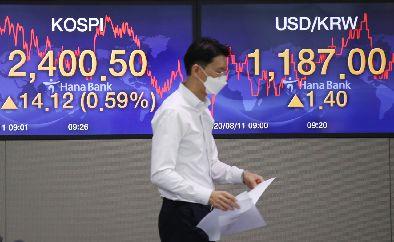 A display at Hana Bank's dealing room in Seoul on Tuesday morning shows the Kospi index rising above the 2,400-level after nearly 26 months. (Hana Bank)