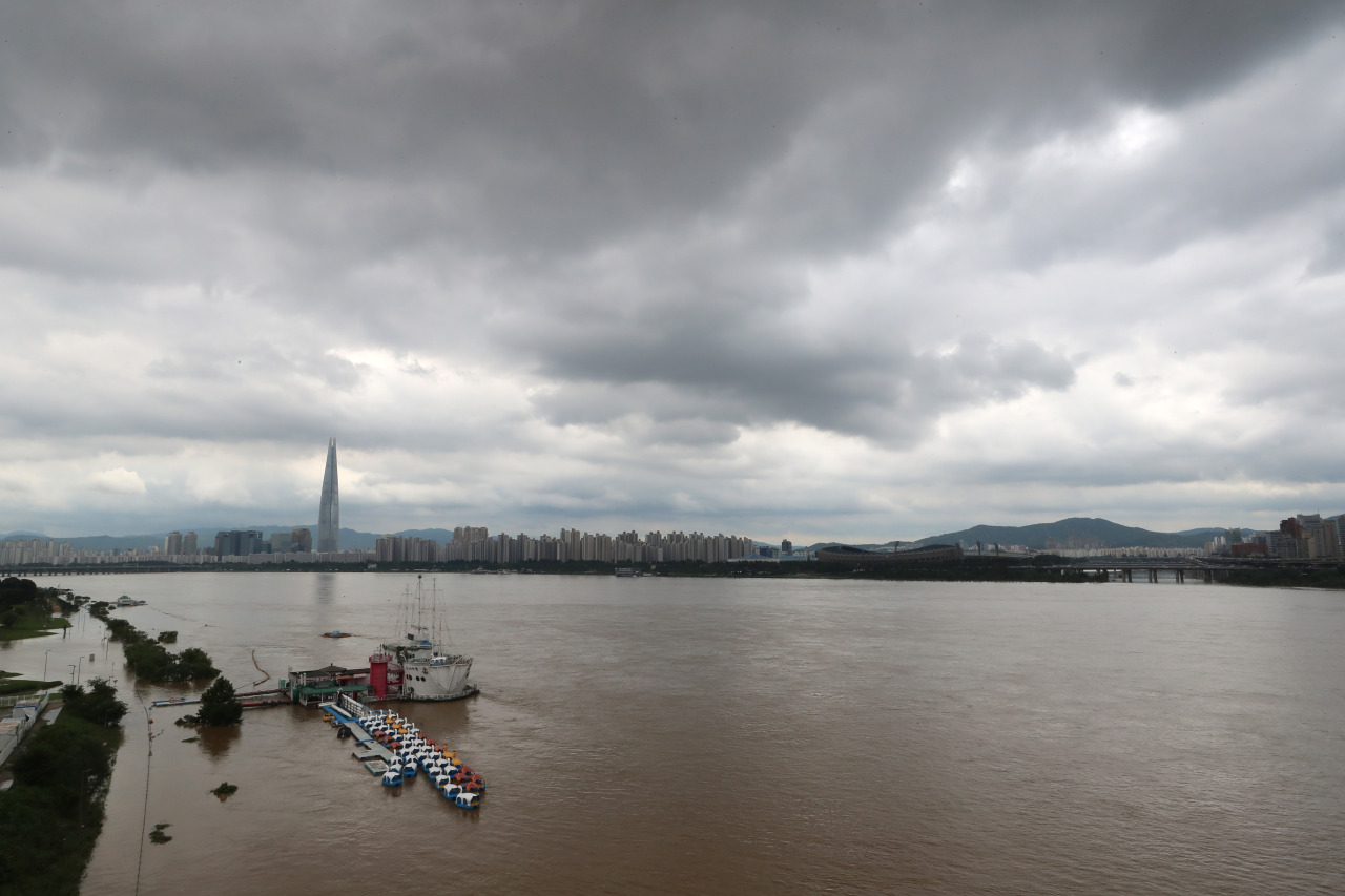 Dark clouds are seen above the swollen Han River, which runs through central Seoul, on Tuesday. (Yonhap)