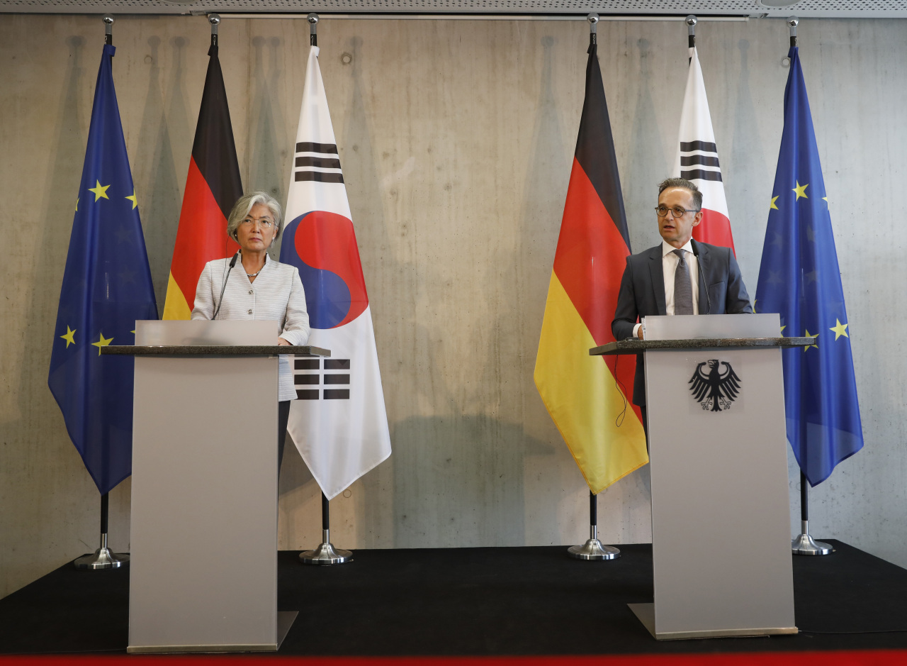 South Korean Foreign Minister Kang Kyung-wha (left) and her German counterpart Heiko Maas brief the media during a news conference in Berlin, Germany, Monday. (AP/Yonhap)