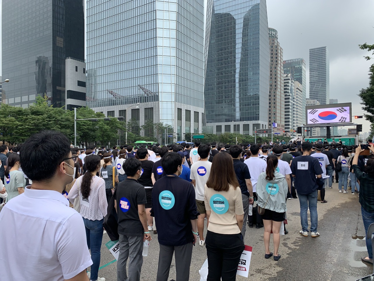 Young doctors marched on the streets of Yeouido, Seoul, on Friday, in protest of the government's plan to reform the way the country recruits and utilizes its medical workforce. (Kim Arin/The Korea Herald)
