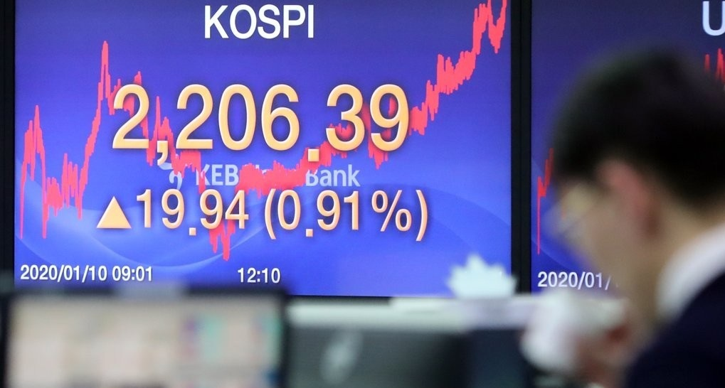 A dealer at a KEB Hana Bank trading room in Seoul watches a computer monitor after the South Korean stock market closed sharply higher on Jan. 10, 2020. (Yonhap)