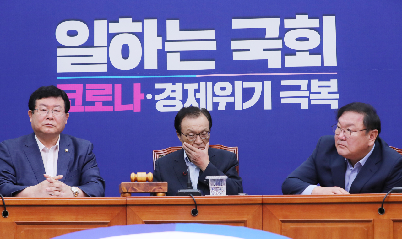 Top officials of the Democratic Party of Korea are in a meeting Friday morning at the National Assembly in Yeouido, western Seoul. The ruling party is under emergency after a survey found the Democratic Party behind the conservative opposition United Future Party in approval rating for the first time in almost three years. (Yonhap)