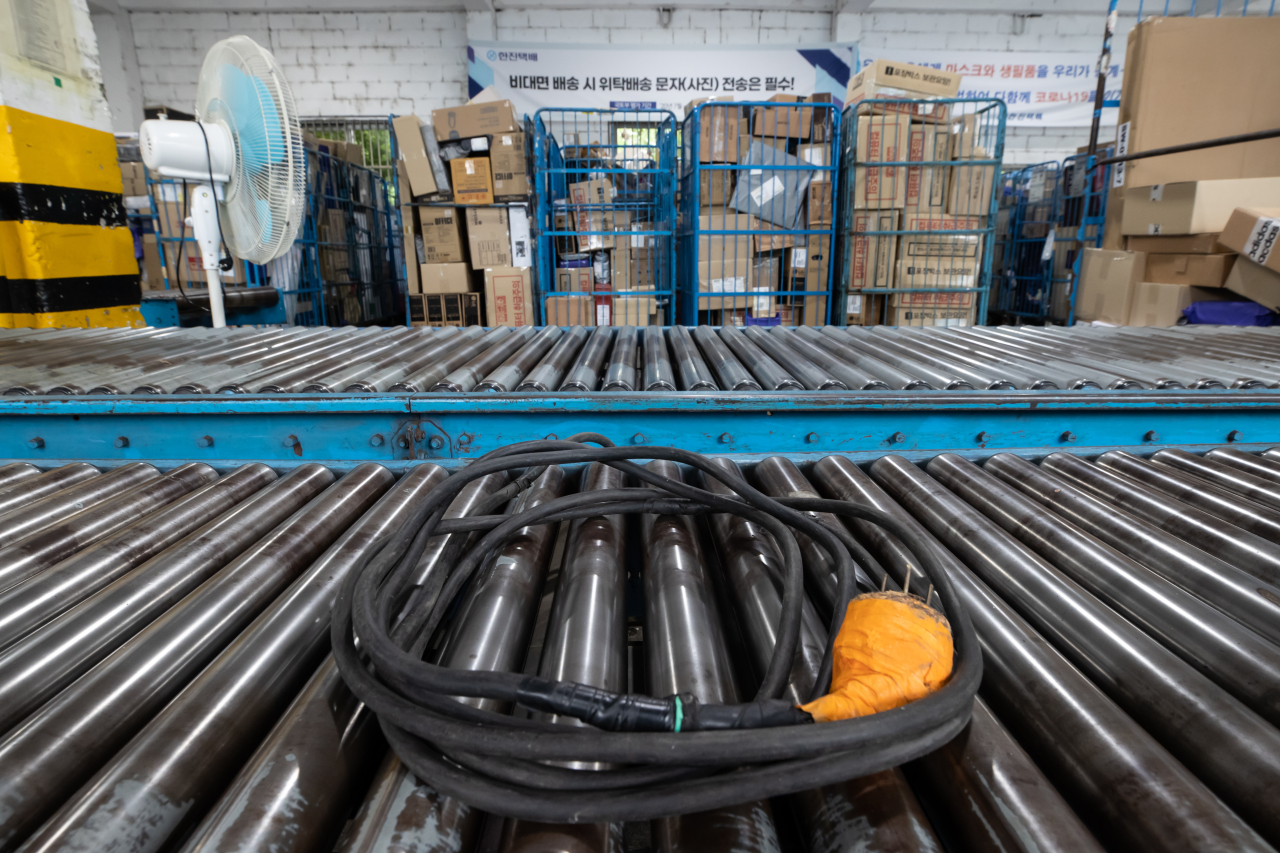 A conveyor belt is unplugged inside a logistics company on Friday. (Yonhap)