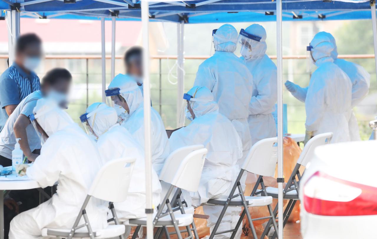 Medical staff work at a temporary facility in Yangpyeong, Gyeonggi Province on Saturday. (Yonhap)