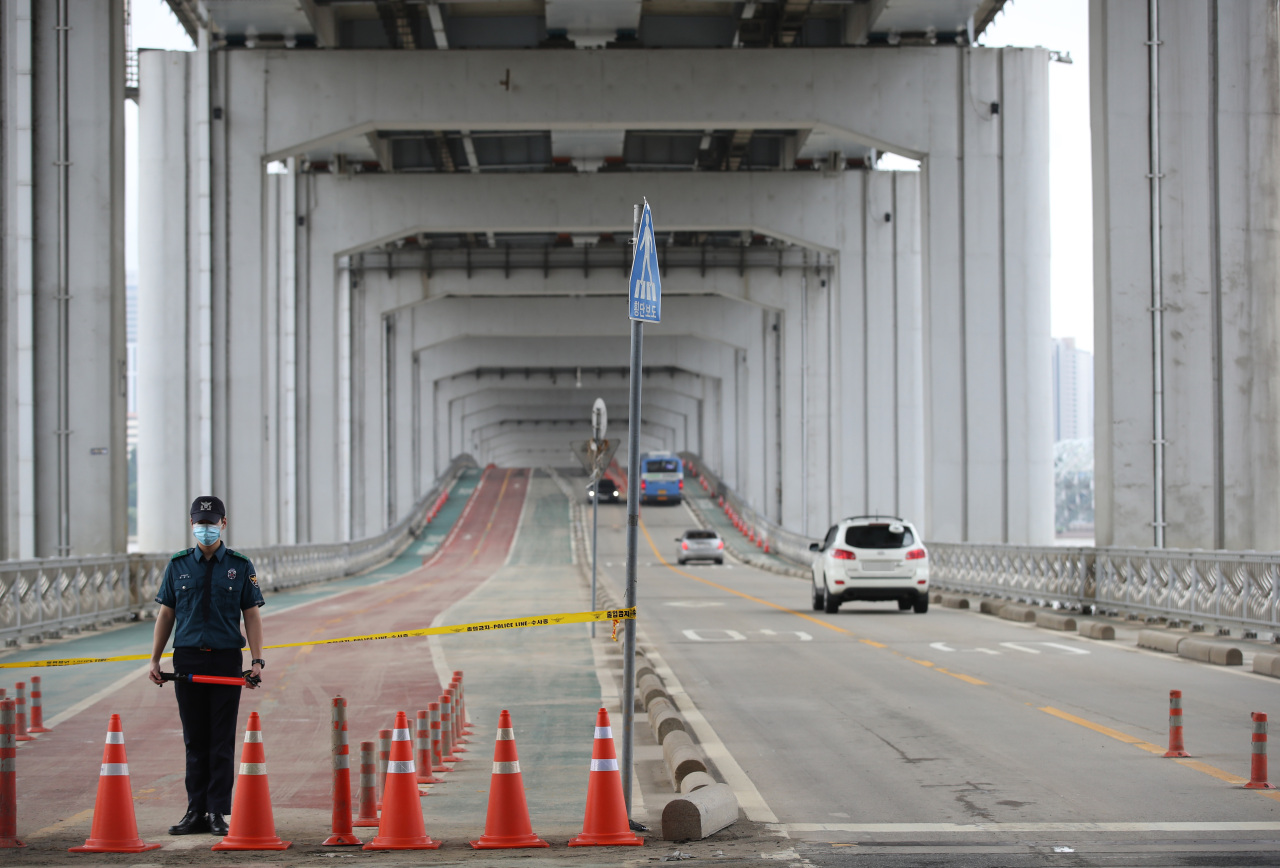Part of the low-lying Jamsu Bridge across the Han River in Seoul reopens for vehicles Sunday morning as monsoon season ends. (Yonhap)