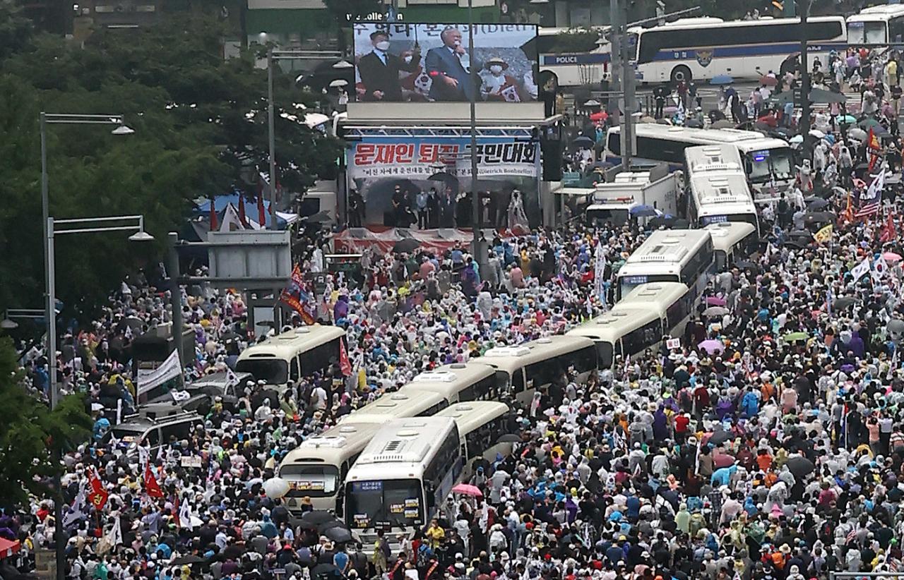 Protesters led by far-right pastor Jun Kwang-hoon rally at Gwanghwamun Square on Saturday. (Yonhap)