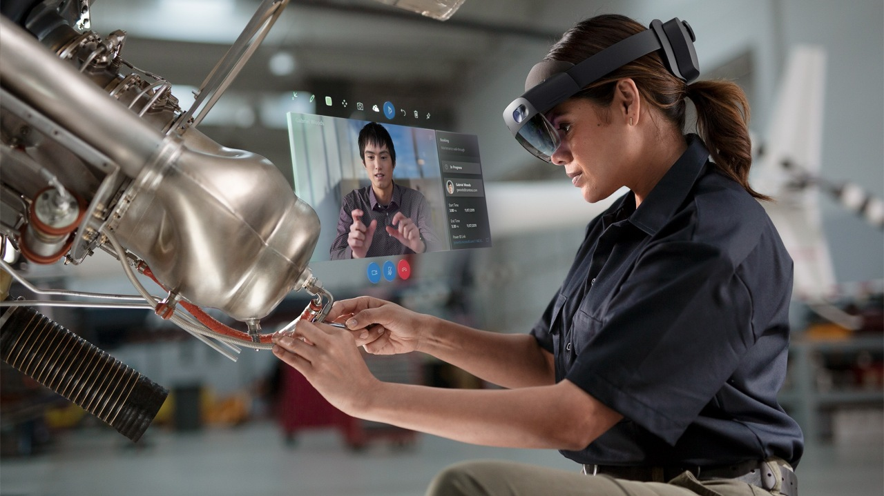 An industrial worker being supported by Microsoft's HoloLens2 (Microsoft)