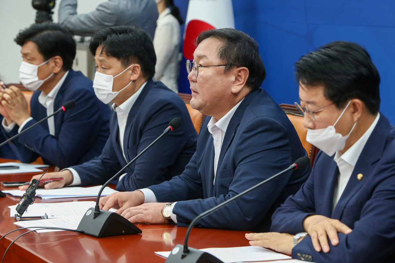Democratic Party floor leader Rep. Kim Tae-nyeon speaks at a party meeting on Tuesday. Yonhap