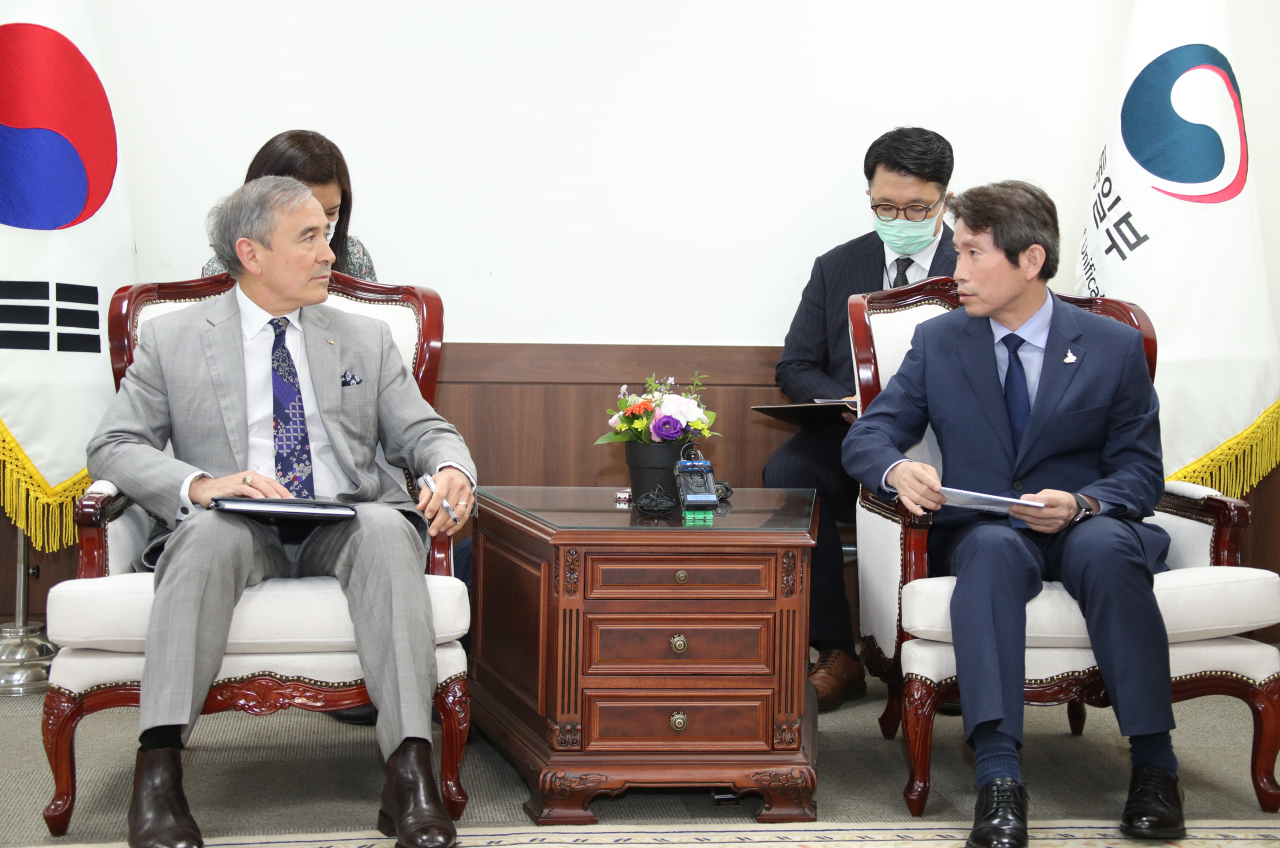 Unification Minister Lee In-young (right) speaks with US Ambassador Harry Harris during their meeting on Tuesday. (Yonhap)