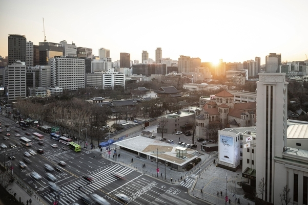 The Seoul Hall of Urbanism and Architecture building is located on the site of the annex of the former National Tax Service building, which was demolished in 2015. The Seoul Metropolitan Council building, formerly known as Keijo Public Hall, is seen on the right. (Seoul Metropolitan Government)