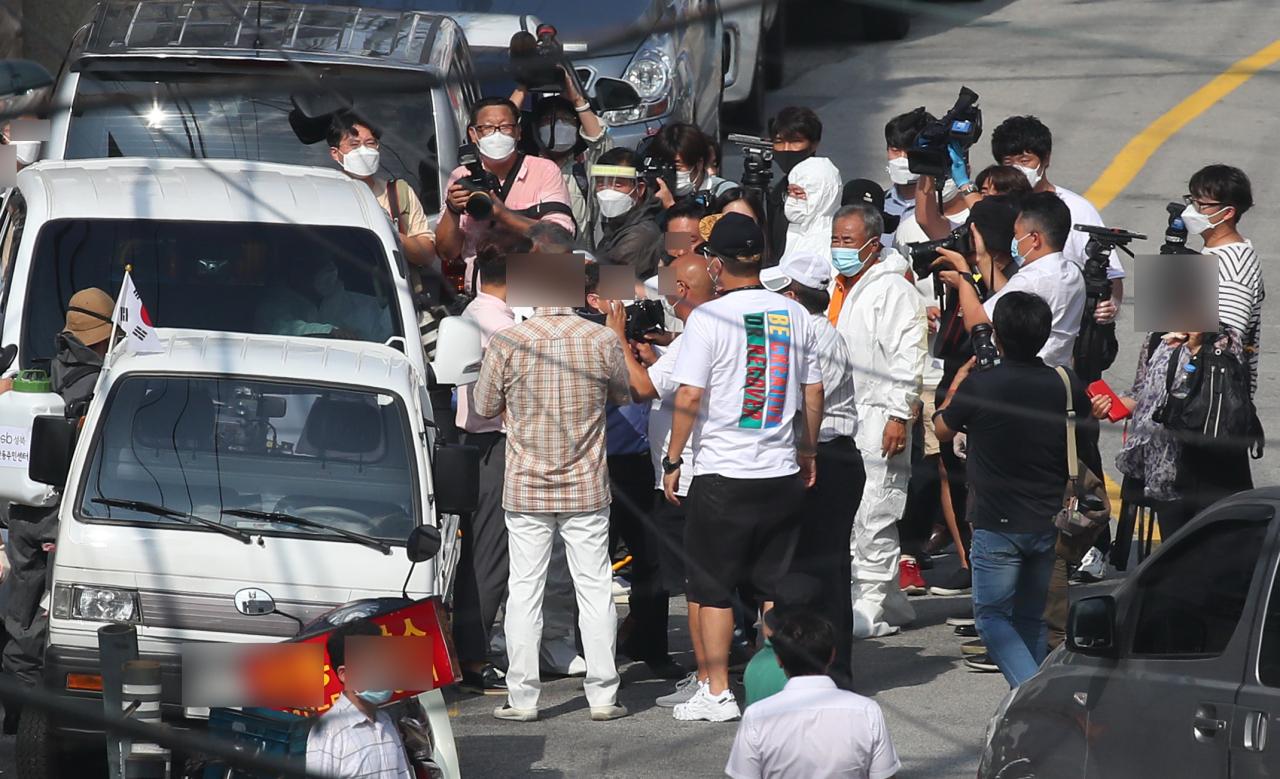 Members of the Sarang Jeil Church block quarantine officials near the church in Seoul on Tuesday. Yonhap