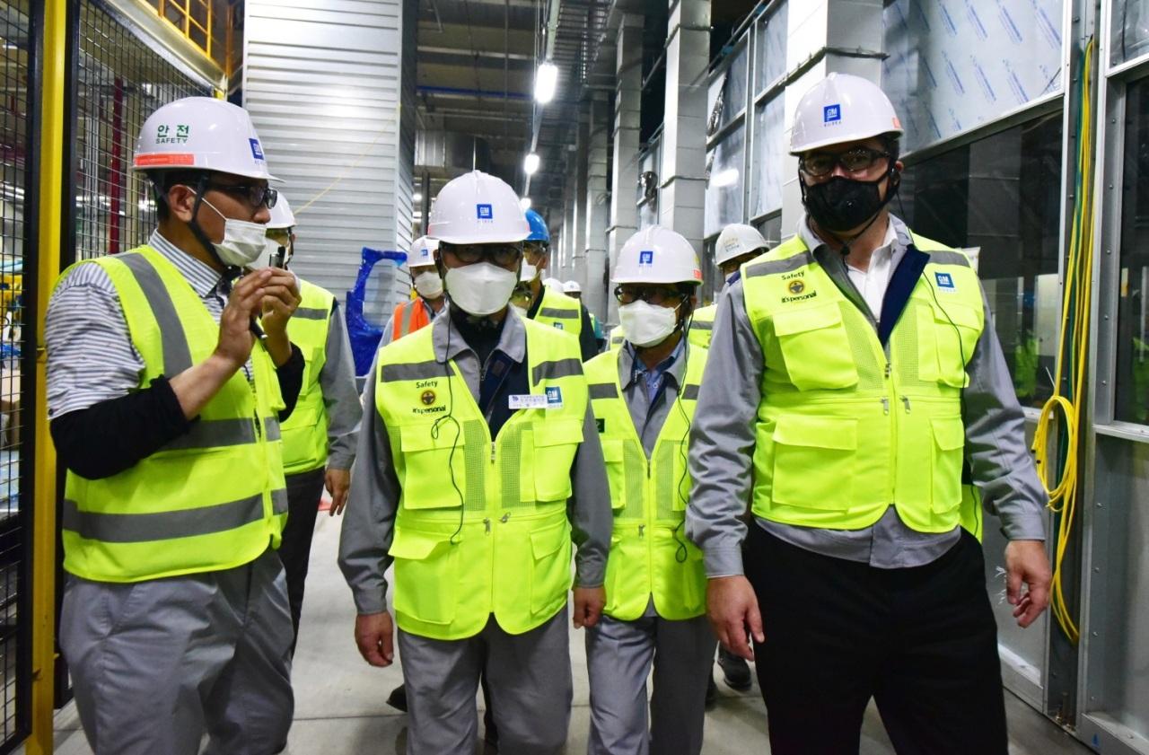 GM Korea CEO Kaher Kazem (right) visited a construction site in Changwon on Thursday. (GM Korea)