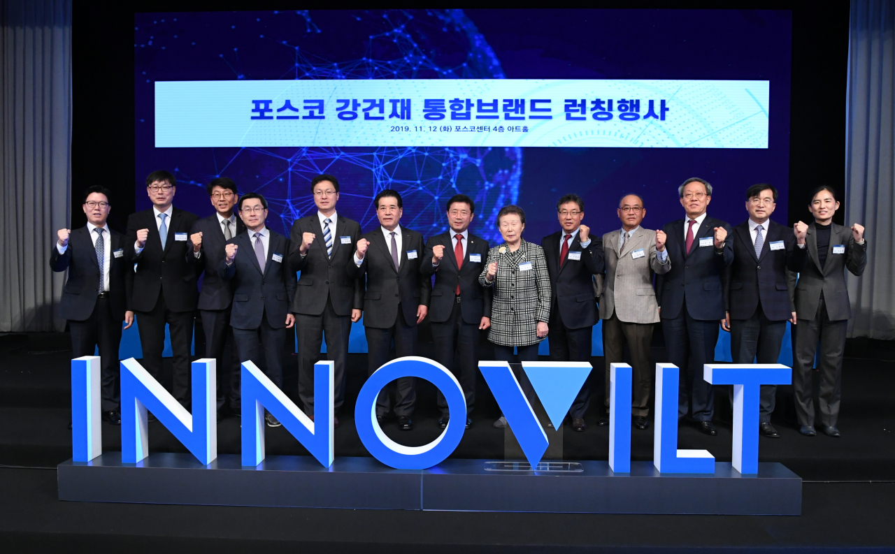 Jang In-hwa (sixth from left), head of Posco's steel division, and participants take a photo at the launching ceremony for Innovilt in November 2019. (Posco)
