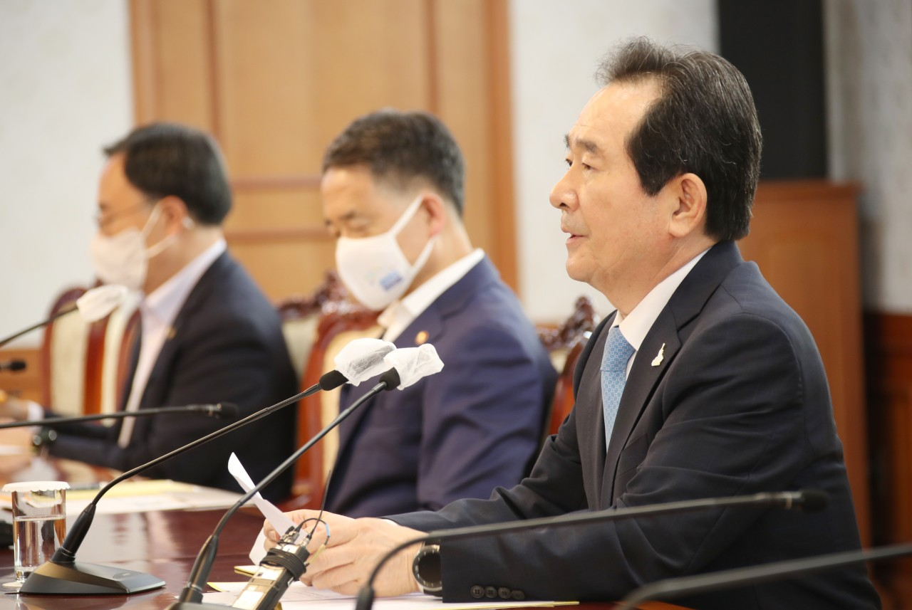 Prime Minister Chung Sye-kyun speaks at the meeting with Korean Medical Association representatives on Monday. Yonhap