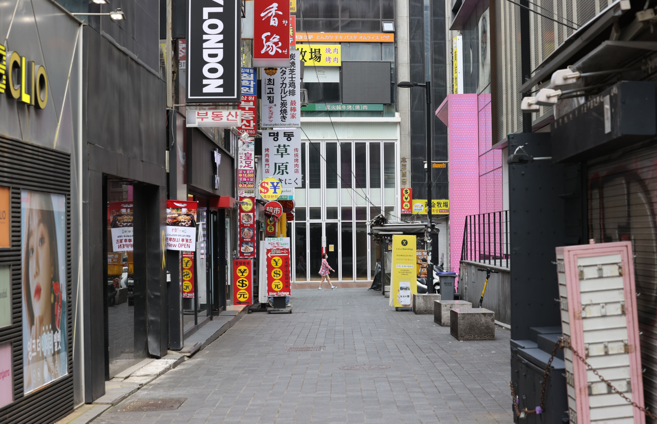 Street appears empty in Myeong-dong, a tourist district in central Seoul, on Monday afternoon. (Yonhap)