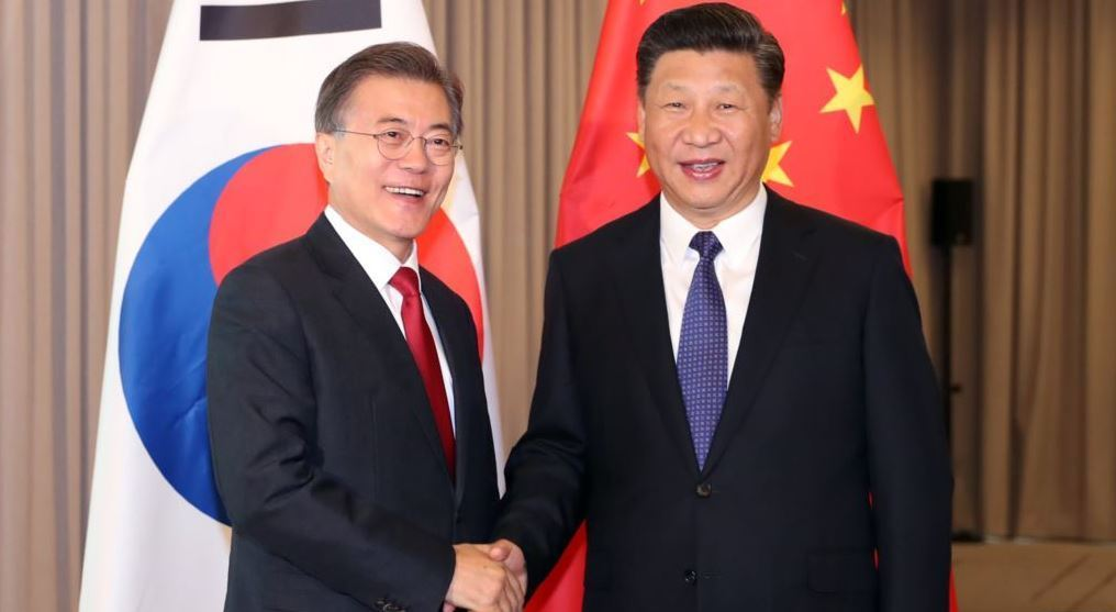 South Korean President Moon Jae-in (L) and Chinese President Xi Jinping (R) (Yonhap)