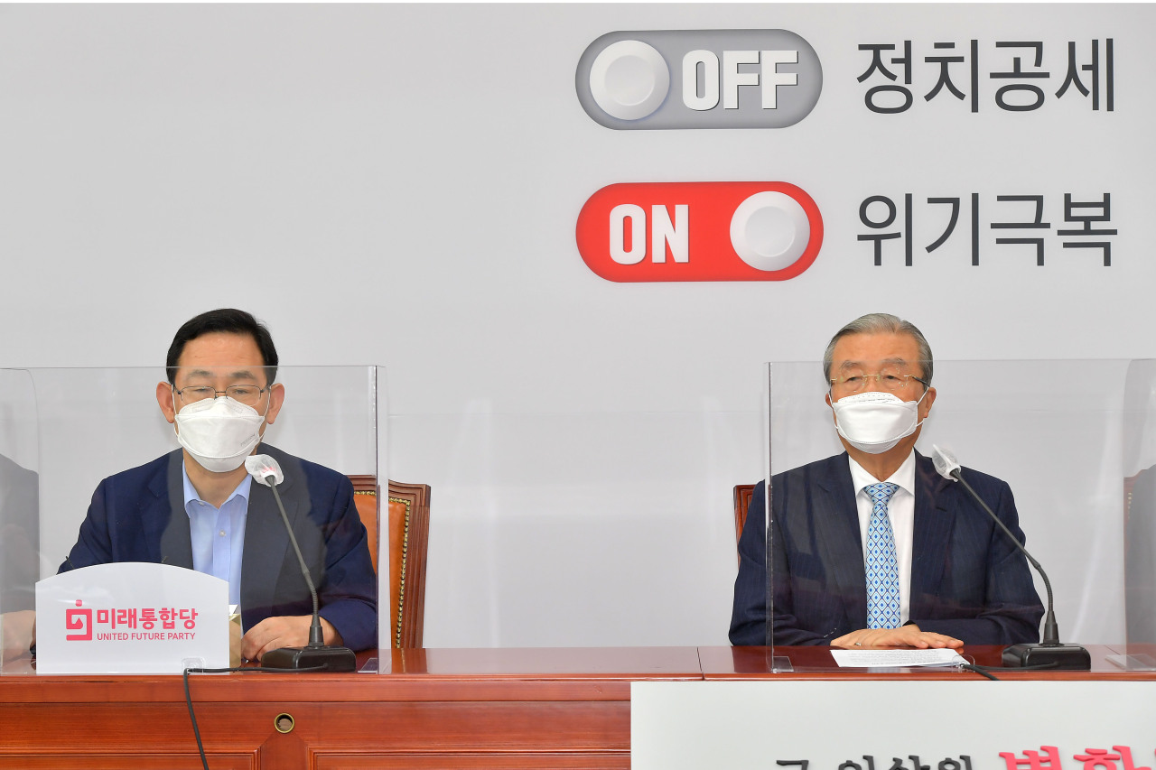 Kim Chong-in (right), interim leader of the United Future Party and Joo Ho-young, floor leader of the party, speak during the party's general meeting, held online on Monday. (Yonhap)