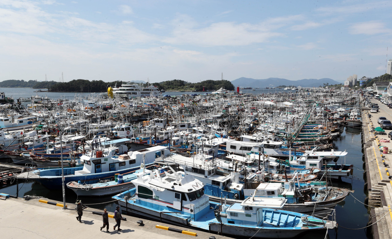 Ships are docked Tuesday in Yeosu, South Jeolla Province, as authorities prepare for the arrival of Typhoon Maysak, which is feared to be one of the strongest tropical storms to hit Korea in history. (Yonhap)