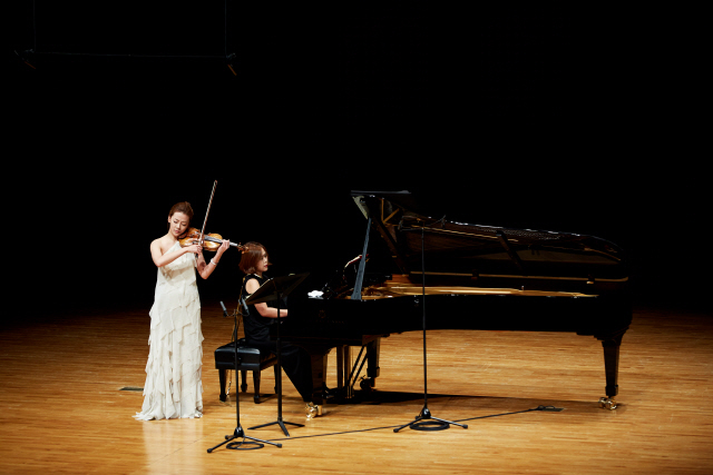 Violinist Clara-Jumi Kang (left) and pianist Son Yeol-eum (Credia)