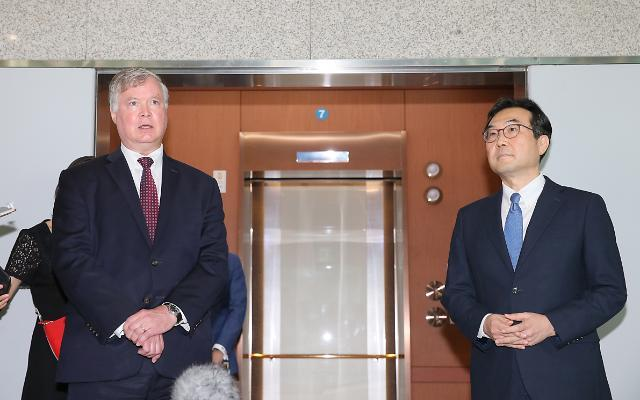Stephen Biegun (left) and Lee Do-hoon talk to reporters after their meeting held in Seoul in July. (Yonhap)