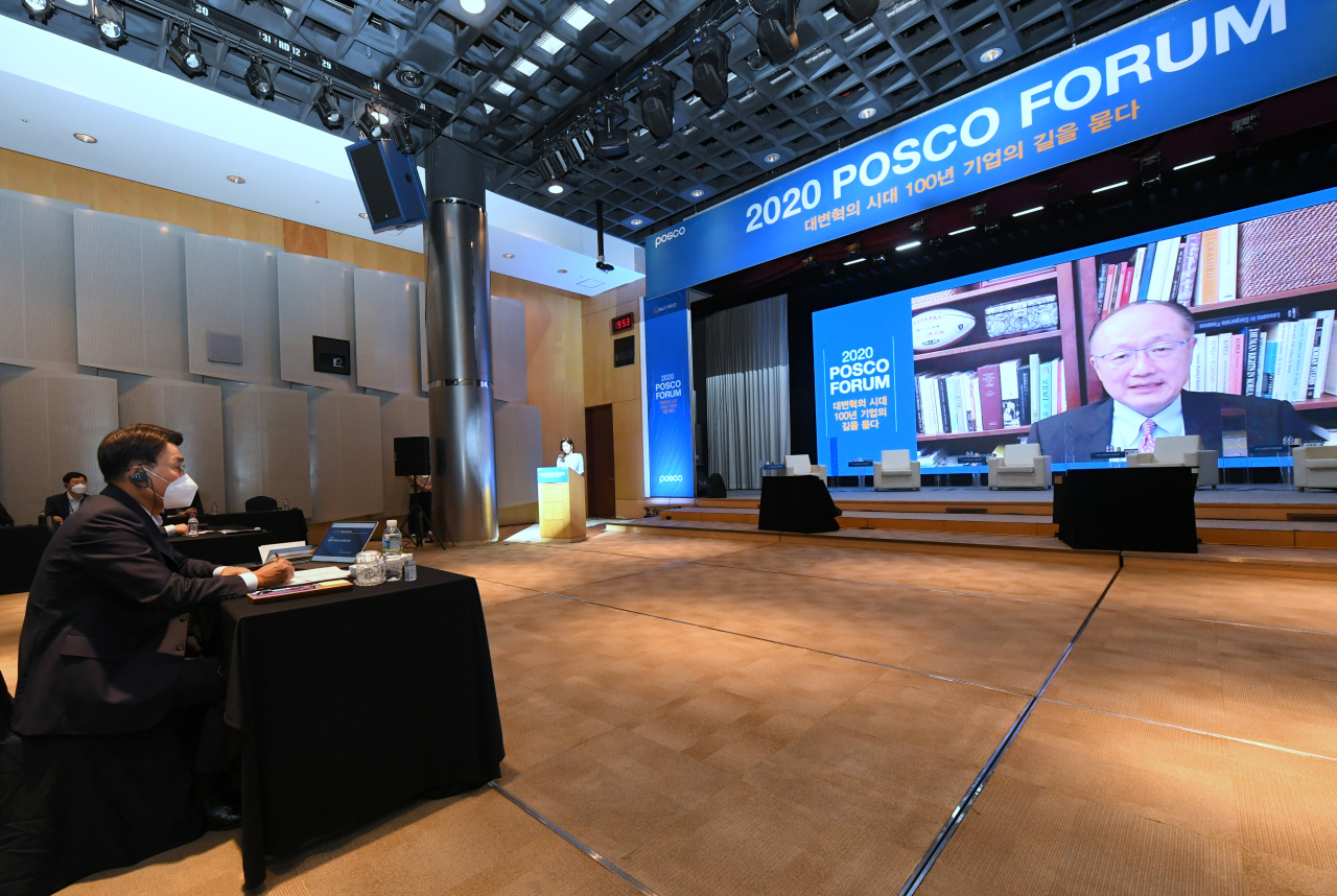 Posco Chairman Choi Jung-woo (left) speaks to former World Bank President Kim Yong via a videocall during the 2020 Posco forum on Wednesday. (Posco)