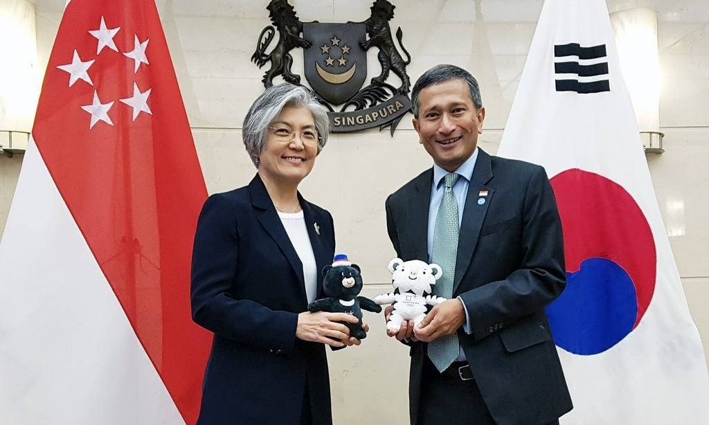 Foreign Minister Kang Kyung-wha (left) and her Singaporean counterpart, Vivian Balakrishnan, pose for a photo before their talks in Singapore on March 3, 2018 in this photo provided by the foreign ministry. (Ministry of Foreign Affairs)