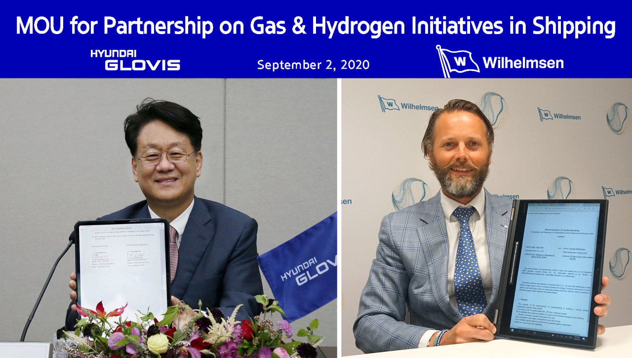 Hyundai Glovis President Kim Jung-hoon (left) and Wilh. Wilhelmsen Holding ASA CEO Thomas Wilhelmsen pose for photos after signing a business agreement Wednesday. The event was held via videoconference due to the coronavirus. (Hyundai Glovis)