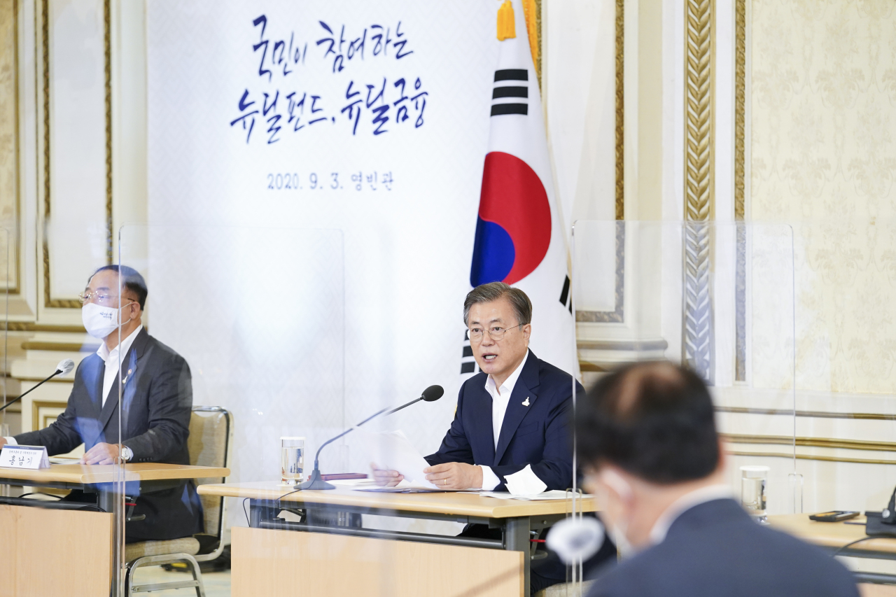 President Moon Jae-in speaks at a meeting with finance industry leaders about the Korean New Deal on Thursday. Yonhap