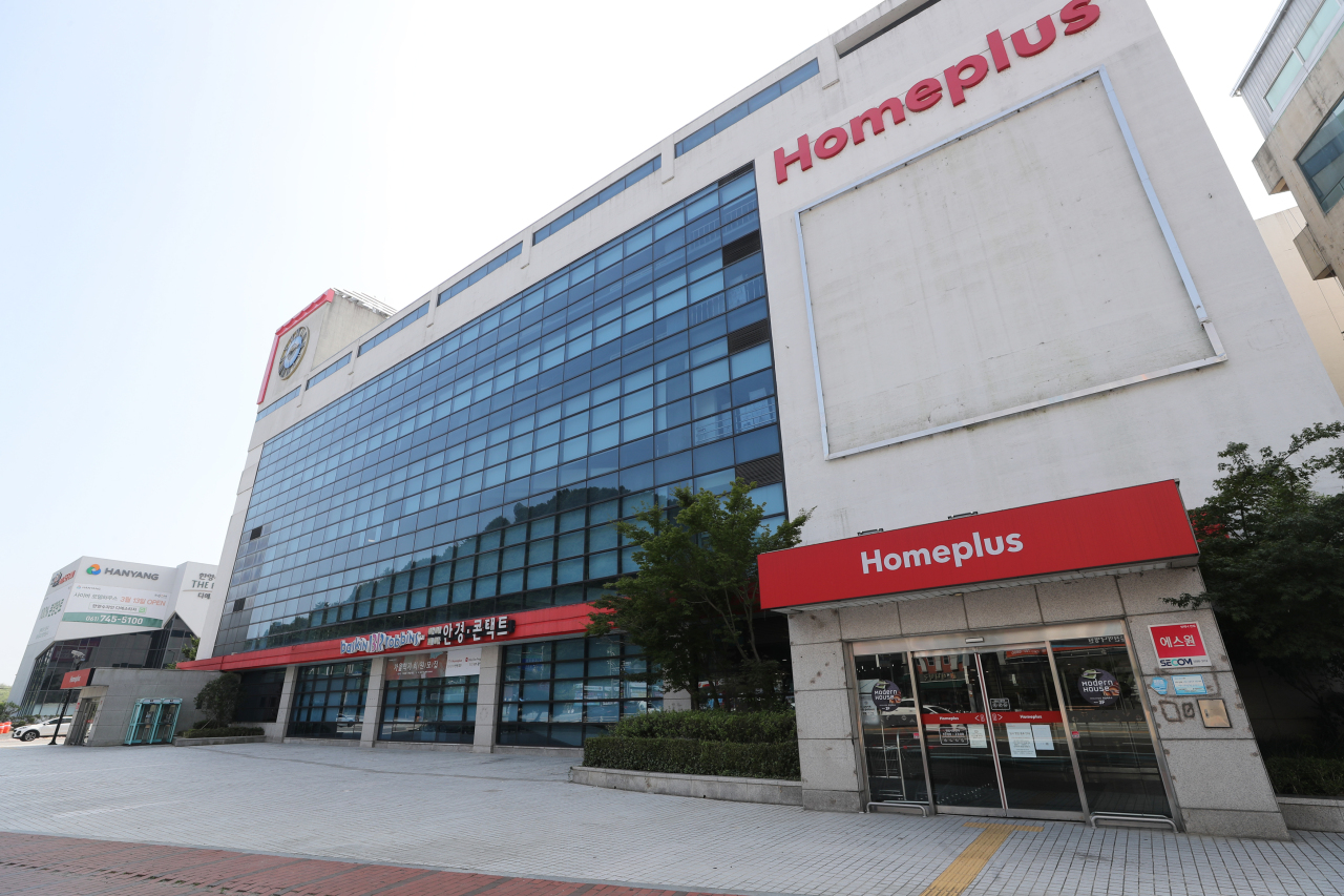 A discount store of Homeplus in Suncheon, South Jeolla Province, which was temporarily closed for quarantine measures in August (Yonhap)