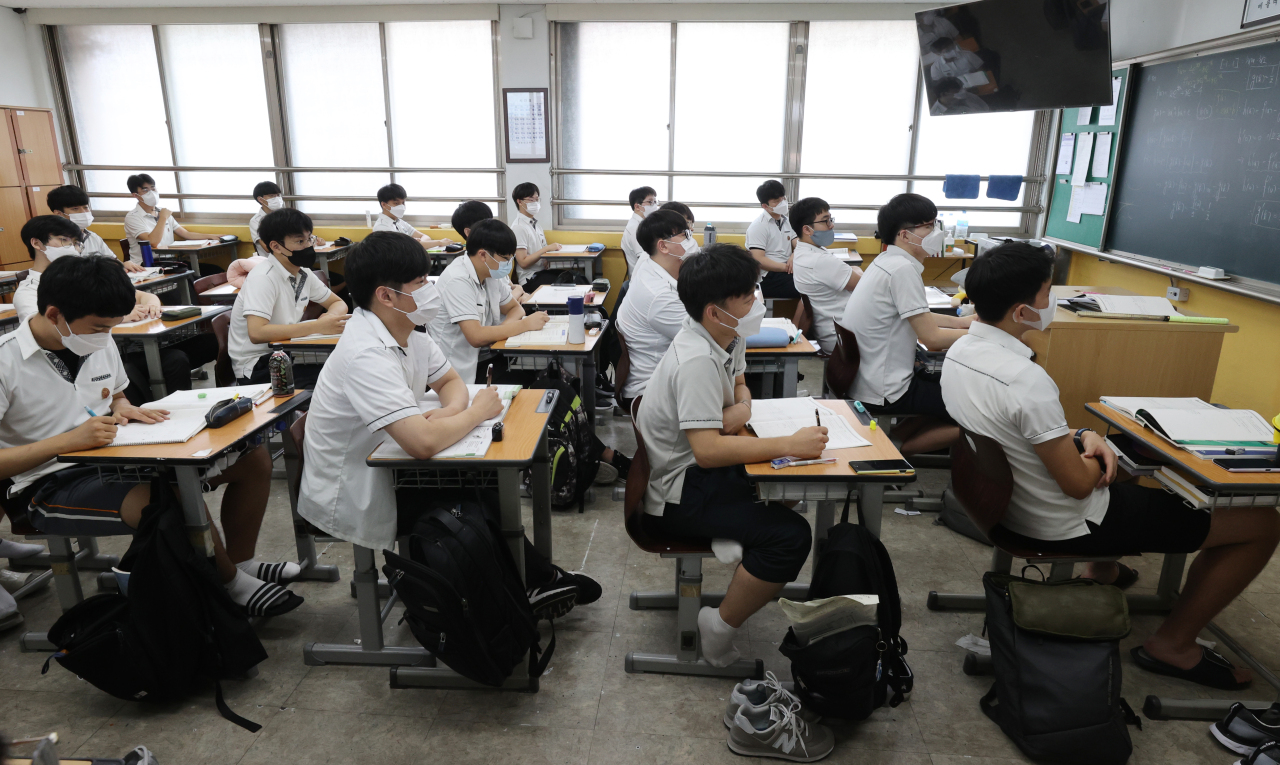 Third-year high school students in Gwangju attend a class on Aug. 24, a day before the 100-day countdown to the Dec. 3 Suneung began. (Yonhap)