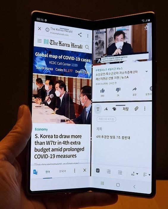 Testing Galaxy Z Fold2 (Song Su-hyun/The Korea Herald)