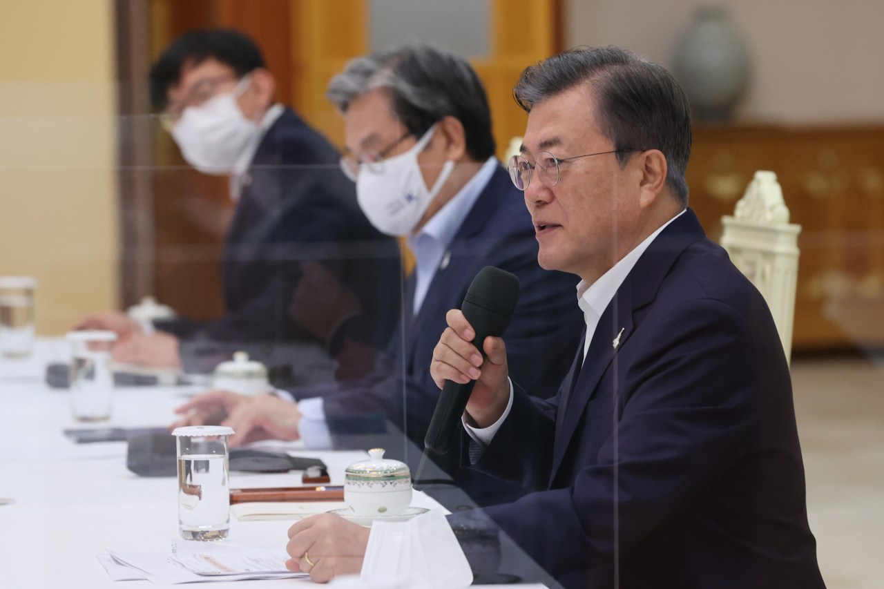 President Moon Jae-in speaks at the meeting with ruling Democratic Party leaders on Wednesday. (Yonhap)