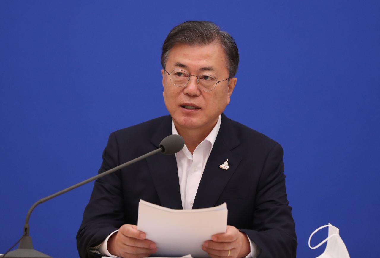 President Moon Jae-in speaks at the economy meeting on Thursday. (Yonhap)