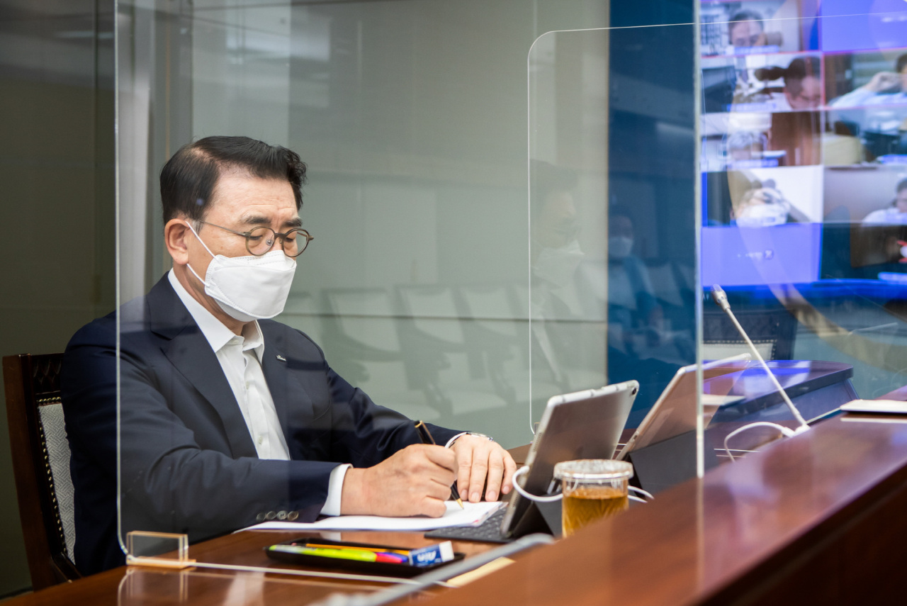 Shinhan Financial Group Chairman Cho Yong-byoung presides over a video conference with heads of Shinhan group affiliates at the holding company's headquarters in central Seoul, Sept. 7. (Shinhan Financial Group)