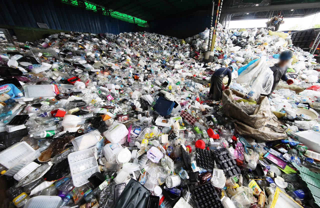 Trash is piled up at a recycling cetner in Yongin, Gyeonggi Province. The amount of recyclable waste has sharply risen as Korea struggles to curb a second wave of COVID-19 infections. (Yonhap)