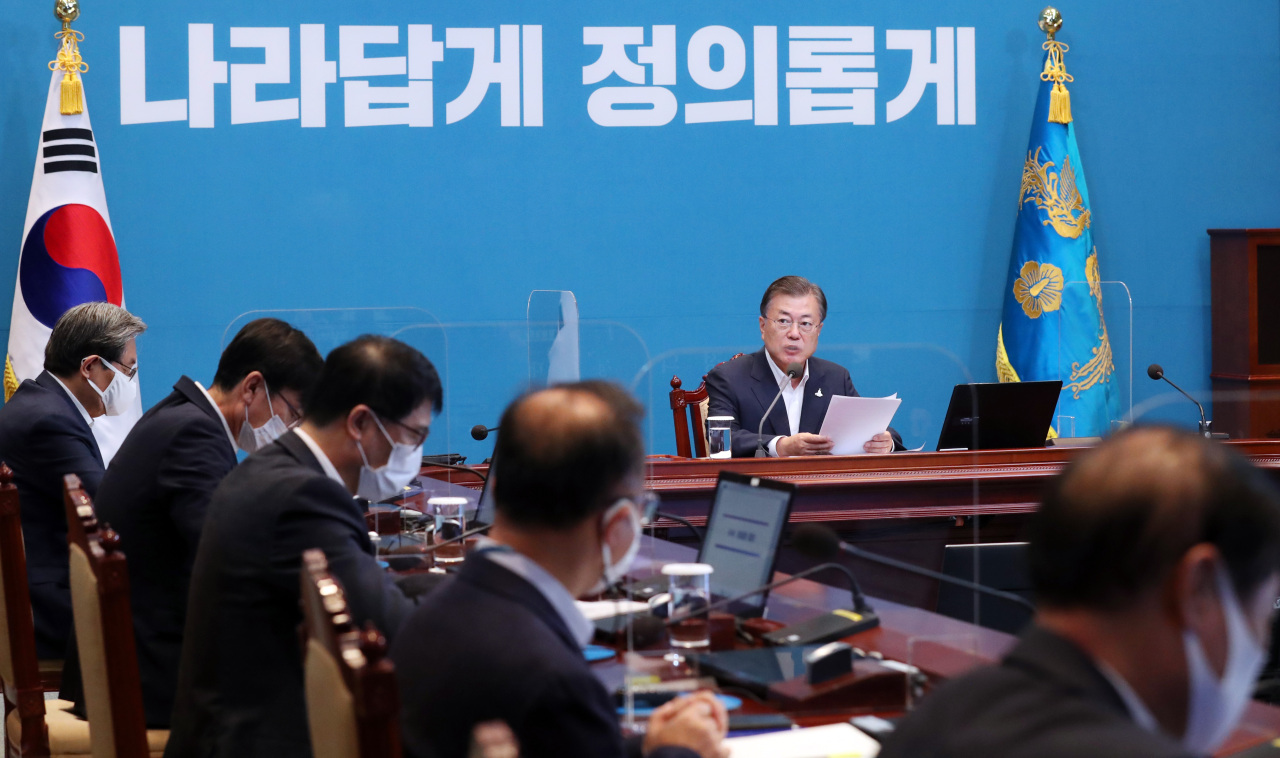 President Moon Jae-in speaks at the weekly meeting with senior aides on Monday. Yonhap
