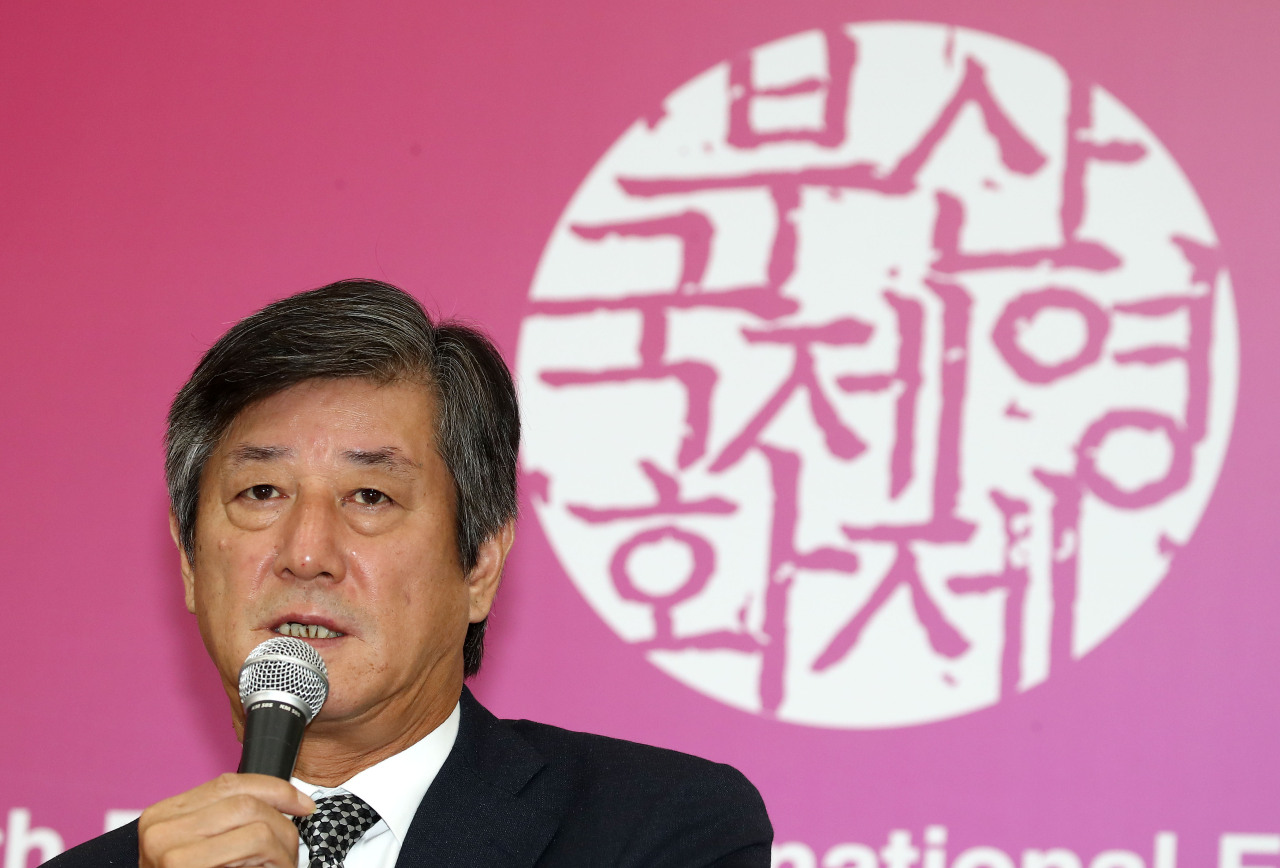 Lee Yong-kwan, the chairman of the Busan International Film Festival`s organizing committee, speaks during a press conference on the closure of the festival in October last year. (Yonhap)