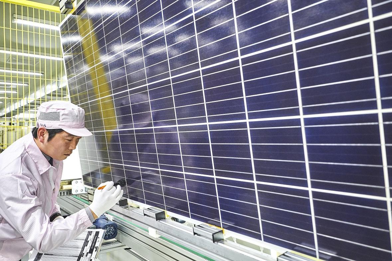Shinsung E&G inspects the company's solar module. (Shinsung E&G)