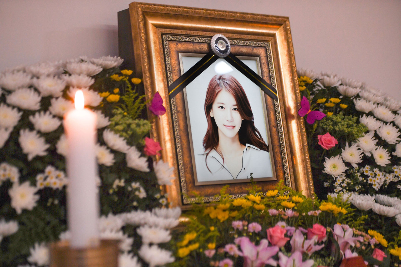 An altar for Oh In-hye is set up at Inha University Hospital in Incheon on Tuesday. (Yonhap)