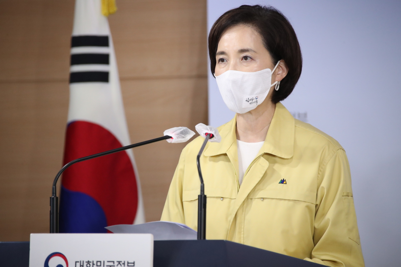 Education Minister Yoo Eun-hae speaks Tuesday during a press briefing in Seoul. All kindergartens and elementary, middle and high schools in Seoul, Incheon and Gyeonggi Province will allow students to return to classrooms from Sept. 21. (Yonhap)