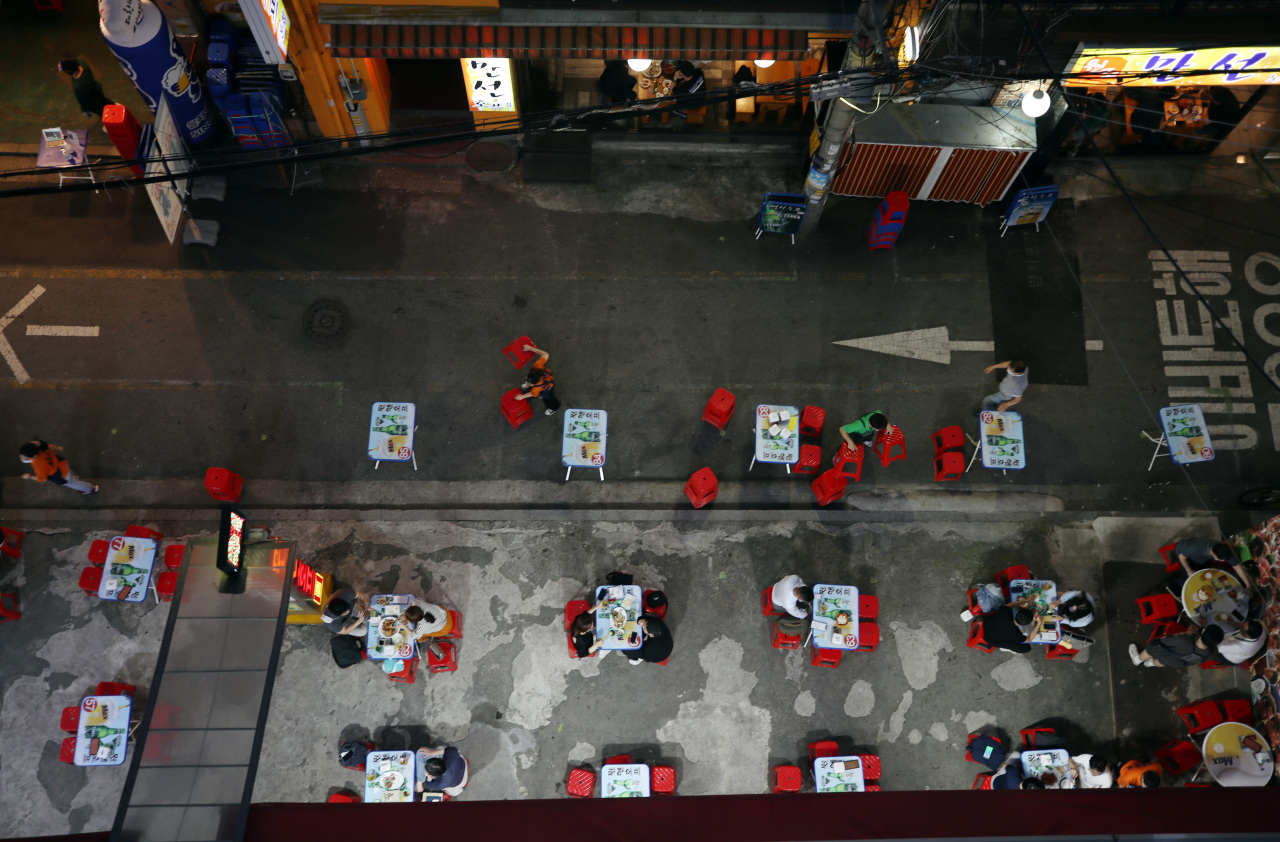 A restaurant in a central Seoul district offers outdoor seating Monday evening to maintain social distancing. (Yonhap)
