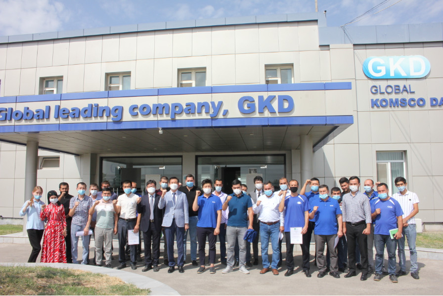 GKD executives and employees pose for a photo in front of the company's factory in Yangiyul, Uzbekistan after a 10th anniversary celebration held on Tuesday.