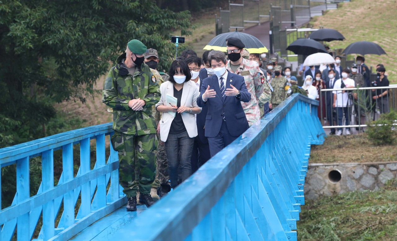 Unification Minister Lee In-young and officials walk along a blue bridge in the truce village of Panmunjom in the Demilitarized Zone on Wednesday. The footbridge is where South Korean President Moon Jae-in and North Korean leader Kim Jong-un took a stroll during their first summit on April 27, 2018. (Joint Press Corps-Yonhap)