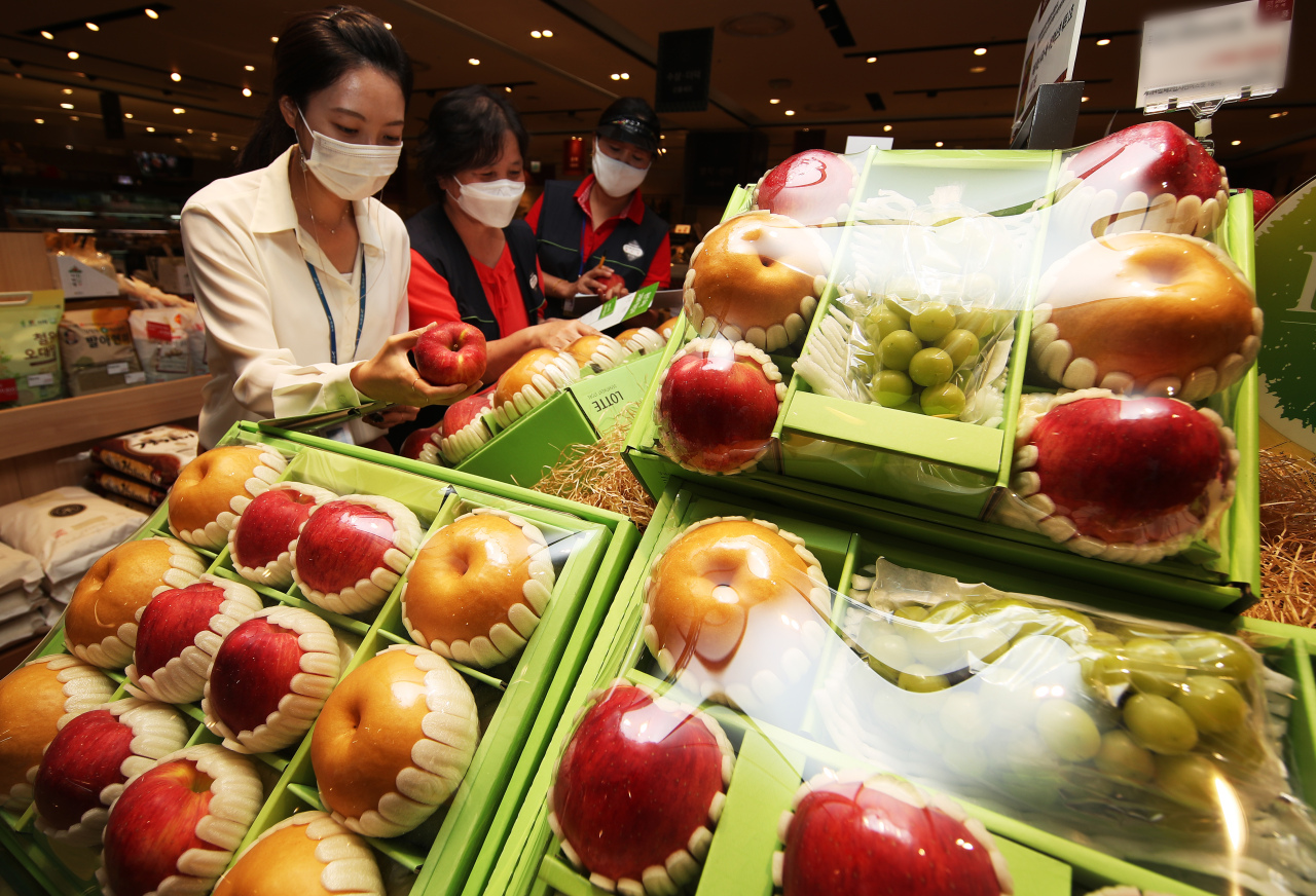 Officials from the National Agricultural Products Quality Management Service check the origin of agricultural products ahead of the Chuseok holiday, in Ansan, Gyeonggi Province, Monday.(Yonhap)