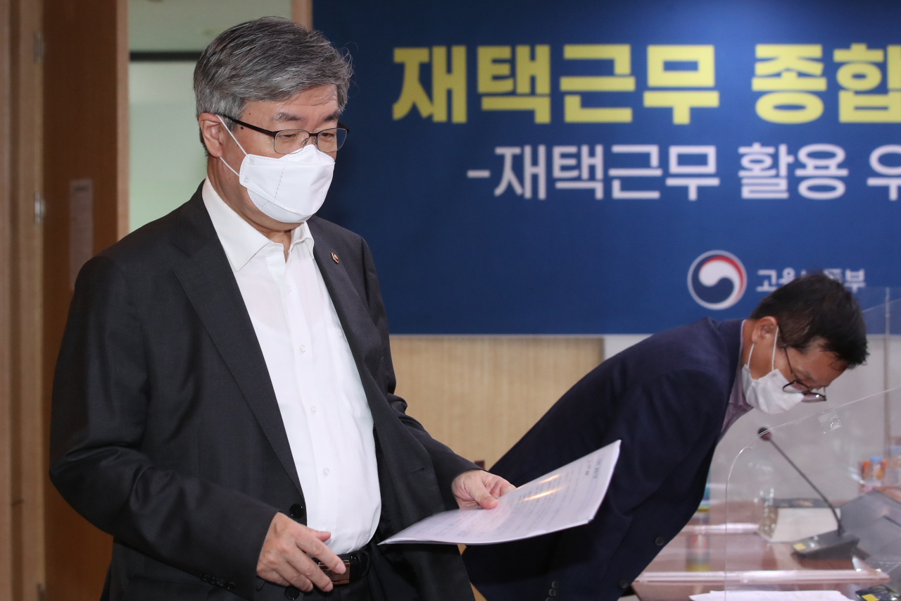Labor Minister Lee Jae-kap attends a briefing Wednesday. (Yonhap)