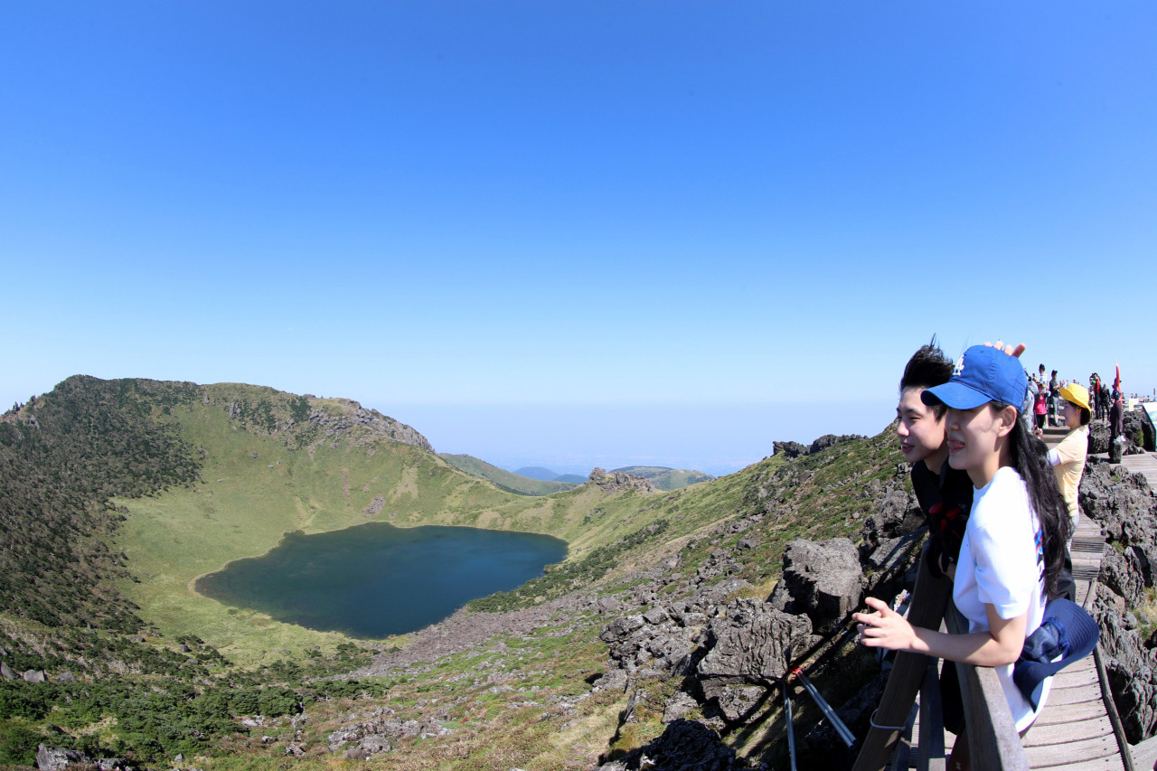Photo shows tourists on Mt. Halla, Jeju, on a September weekend. (Yonhap)