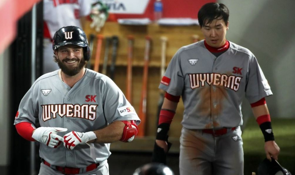 Tyler White of the SK Wyverns (left) smiles in the dugout after hitting a three-run home run against the Kia Tigers in a Korea Baseball Organization regular season game at Gwangju-Kia Champions Field in Gwangju, 330 kilometers south of Seoul. (Yonhap)