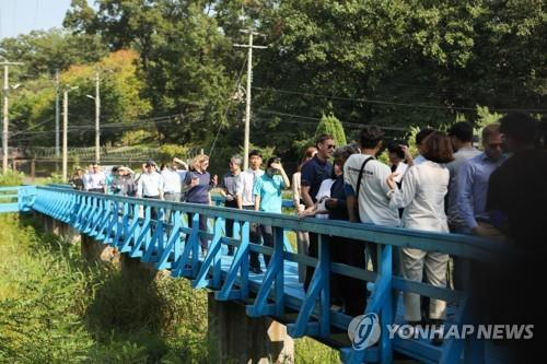 Participants in a DMZ peace trail program visit the border village of Panmunjom in Paju, Gyeonggi Province, in August last year. (Korea Institute for International Economic Policy / Yonhap)