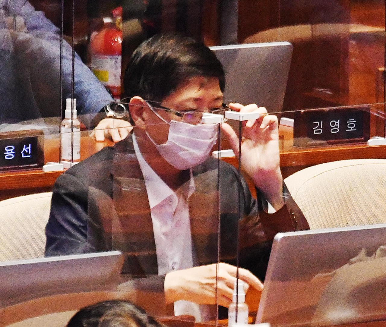 Rep. Kim Hong-gul, the youngest son of late former President Kim Dae-jung, attends a parliamentary session on Wednesday, days before the ruling Democratic Party expelled him amid allegations that he under-declared his properties. (Yonhap)